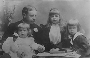 Elliott_Roosevelt_and_Children.jpg