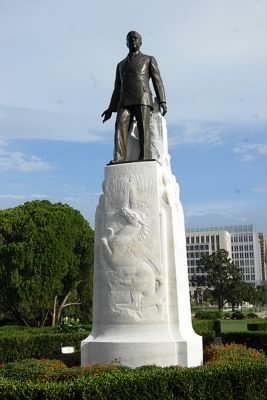 Huey_Long_Statue_&_Burial_Site.jpg
